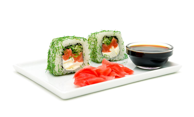 Culinária japonesa - rolos, gengibre conservado e molho de soja em um whit fotos de stock