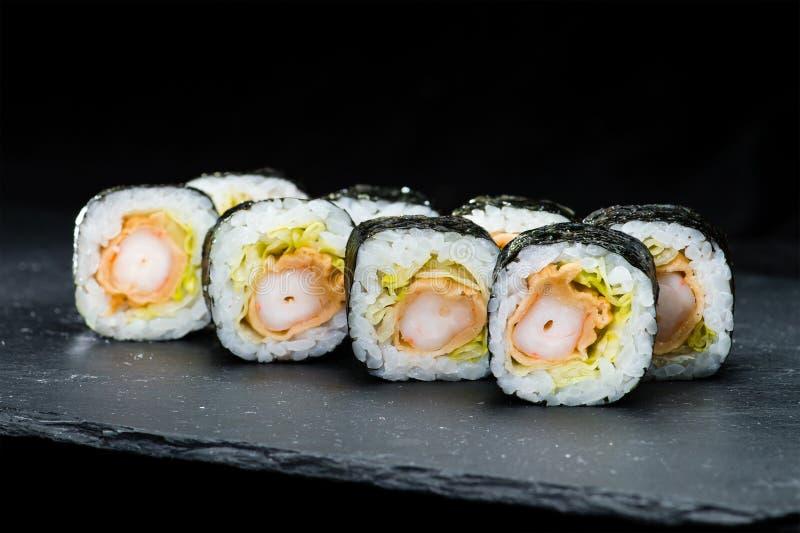 Culinária japonesa tradicional Foco seletivo no grupo de ro do sushi imagens de stock