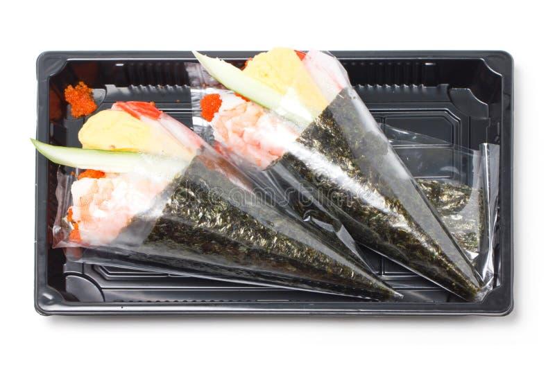 Culinária japonesa tradicional rolada mão do sushi do temaki. imagens de stock