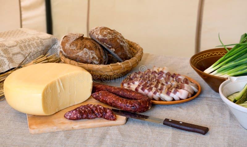 Culinária lituana tradicional, ajuste da tabela, salsicha fumado caseiro e lado, queijo, pão foto de stock royalty free