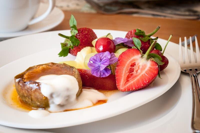 Culinária local moderna, região do cabo, África do Sul Fruto quente e frio do café da manhã fotos de stock royalty free