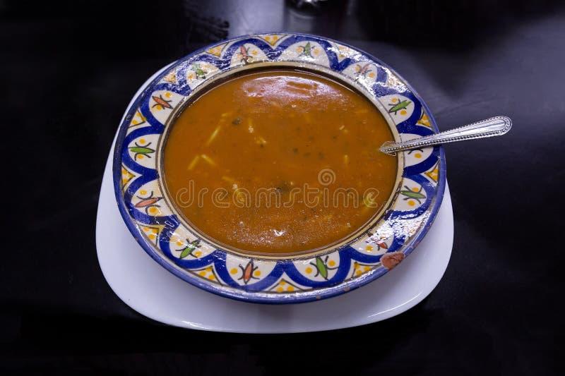 Culinária marroquina, sopa de lentilha vermelha da cenoura imagem de stock