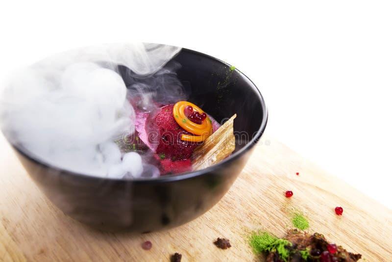 Culinária molecular Sopa deliciosa com beterrabas foto de stock