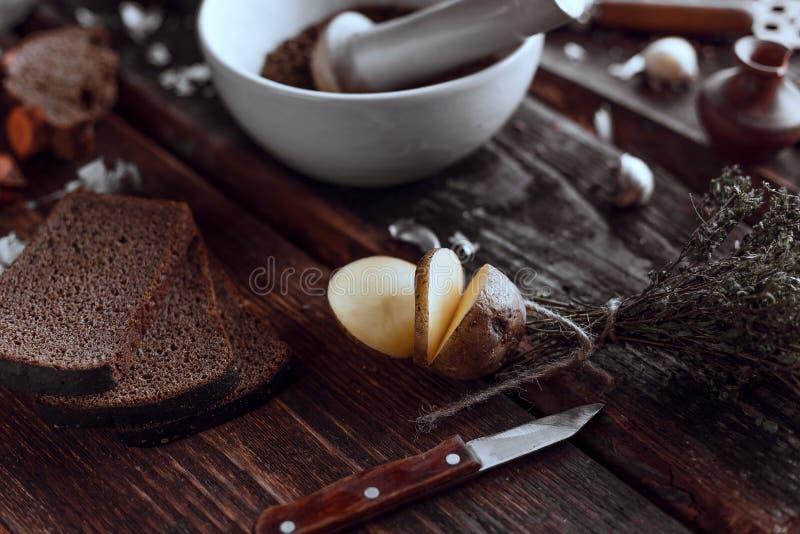 Culinária picante no mesas de madeira imagens de stock