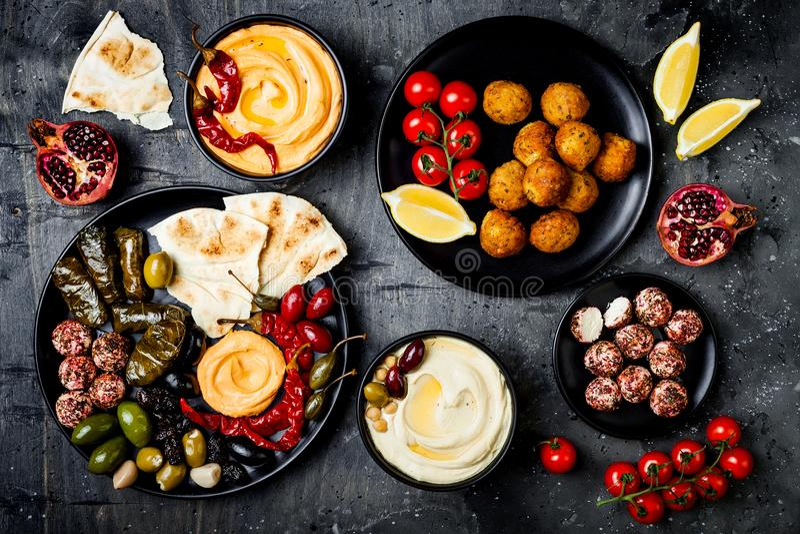 Culinária tradicional árabe A bandeja do Oriente Médio do meze com pão árabe, azeitonas, hummus, encheu o dolma, bolas do queijo  foto de stock