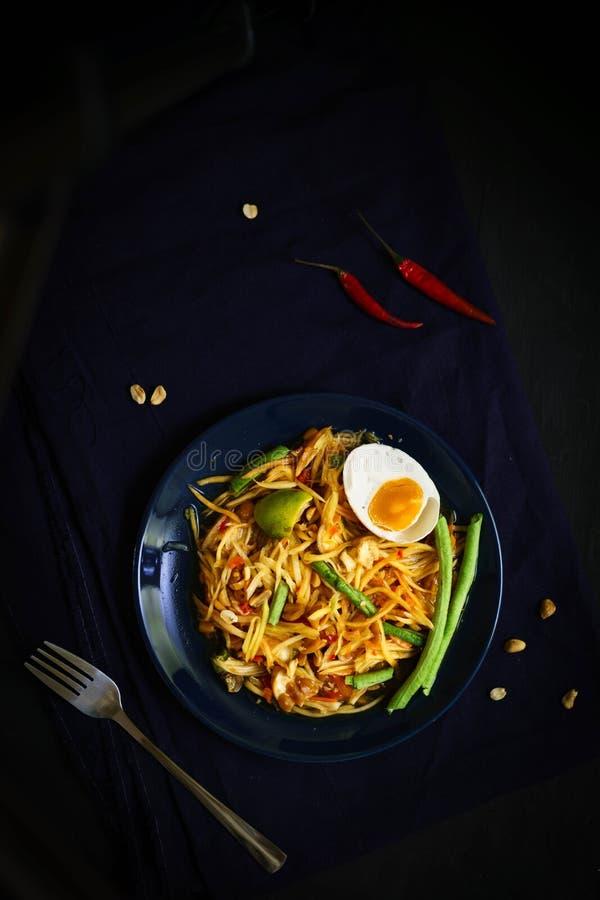 Culinária tradicional de Tailândia, tum do som, salada da papaia, salada picante, alimento da rua, isaan imagem de stock