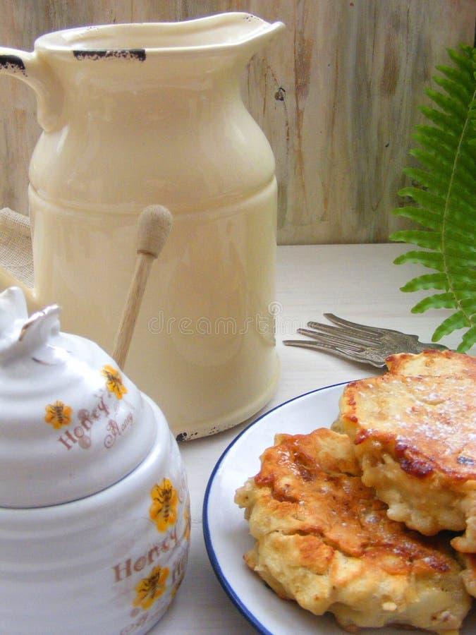 Culinária tradicional do russo: as panquecas com carvalho lascam-se no fundo de madeira branco gasto com o jarro de leite rústico fotos de stock