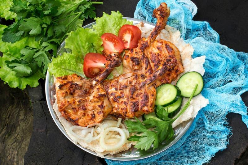 Culinária turca Costeleta da galinha no pirzola do osso com vegetais imagens de stock royalty free