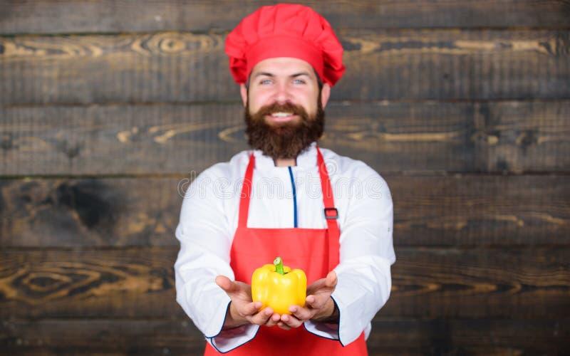 Culinária culinária vitamina Alimento biológico de dieta Homem farpado feliz receita do cozinheiro chefe Cozimento saudável do al imagem de stock royalty free