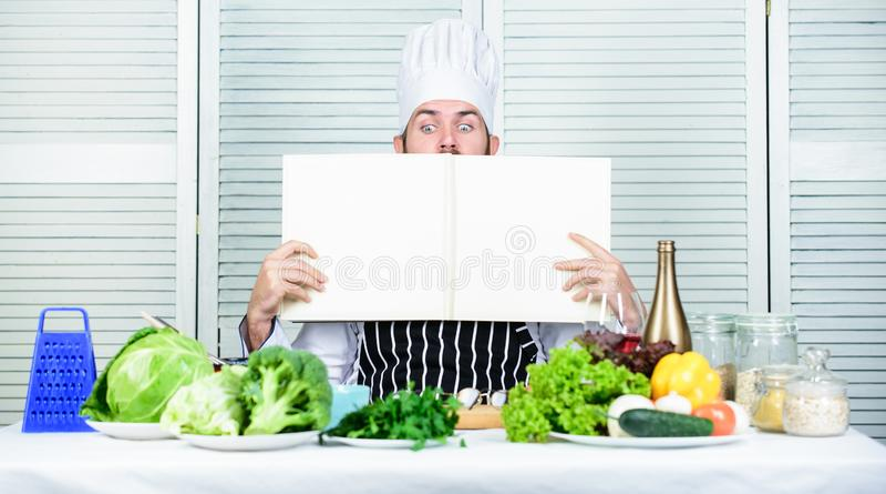 Culinária culinária vitamina Salada do vegetariano com legumes frescos Alimento biológico de dieta Homem farpado feliz receita do imagens de stock royalty free
