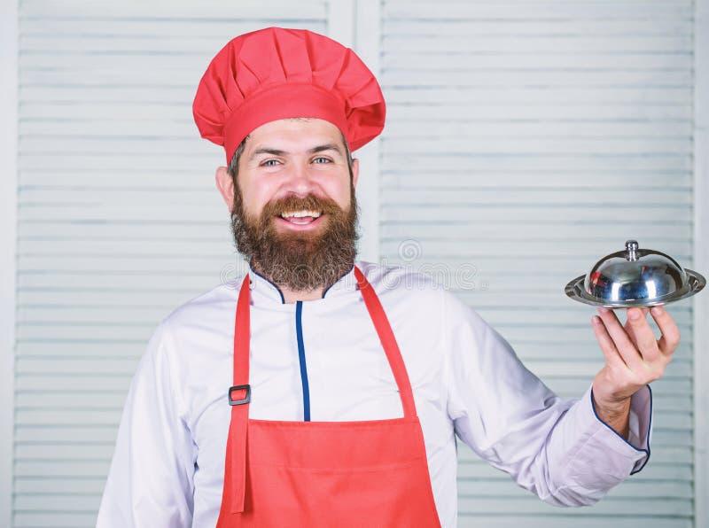 Culin?ria culin?ria o homem guarda a bandeja do prato da cozinha no restaurante Cozimento saud?vel do alimento Moderno maduro com fotografia de stock