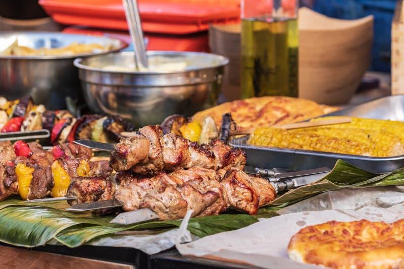 Culinair buffet met een presentatie van een verscheidenheid van gezond voedsel - vlees, worst, geroosterde groenten stock foto