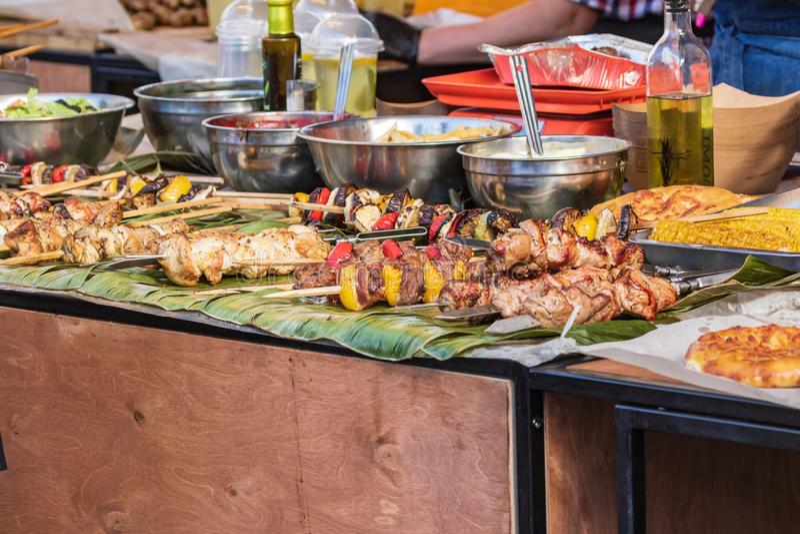 Culinair buffet met een presentatie van een verscheidenheid van gezond voedsel - vlees, worst, geroosterde groenten royalty-vrije stock foto's