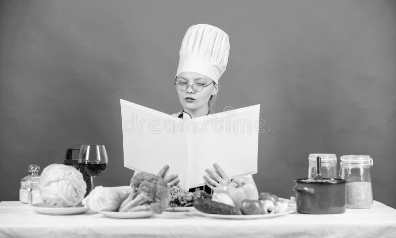 Culinair schoolconcept Het wijfje in hoed en schort kent alles over culinaire arts. Culinaire deskundige Vrouwenchef-kok royalty-vrije stock afbeelding