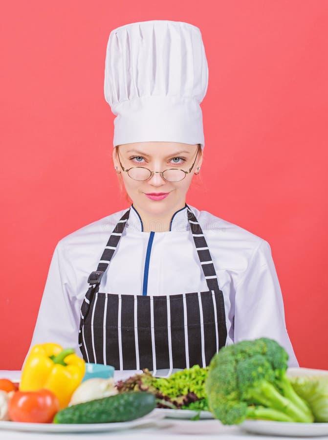 Culinair schoolconcept Het wijfje in schort kent alles over culinair art. Culinair onderwijs Culinaire deskundige Vrouw royalty-vrije stock foto's