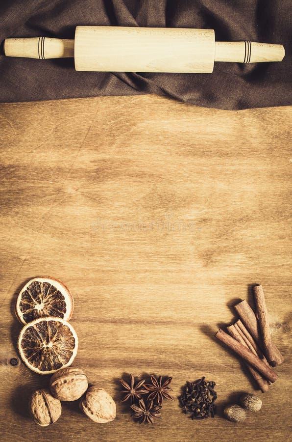 Culinaire achtergrond Kruiden voor Kerstmisbaksel op een Houten Lijst stock afbeelding