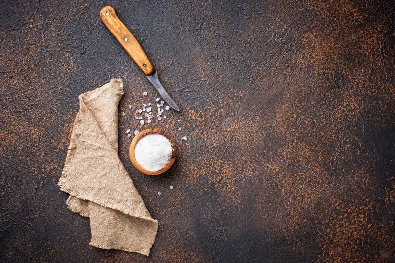 Download Culinaire Achtergrond Met Zout En Mes Stock Afbeelding - Afbeelding bestaande uit aroma, kristal: 114227027