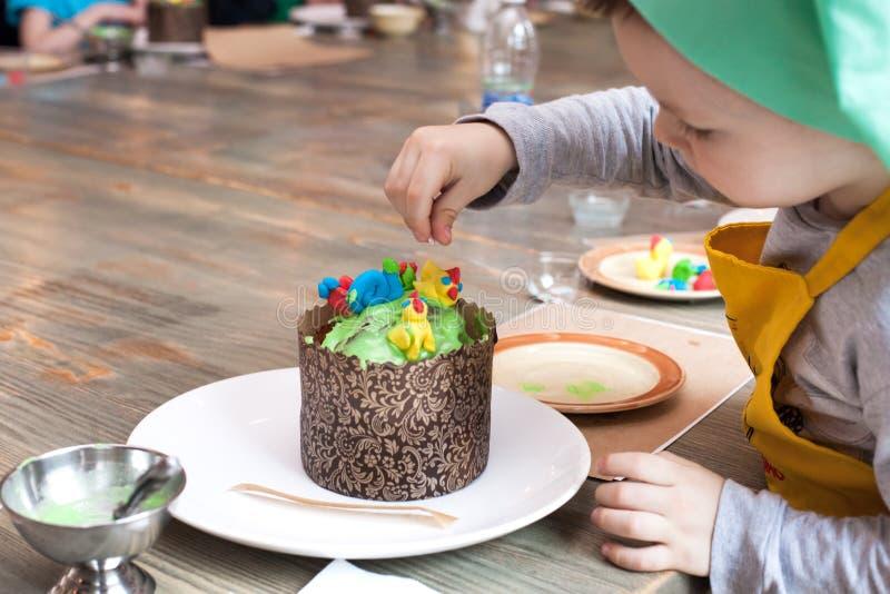 Culinaire klasse voor kinderen en ouders - de kokende Pasen-cake, op de lijst ligt de ingrediënten en de hulpmiddelen voor het we stock fotografie