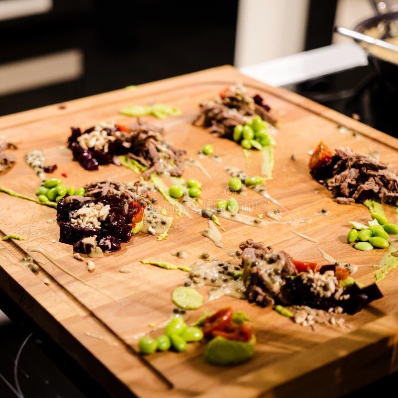 Culinaire show die verscheidene schotels voorbereiden royalty-vrije stock afbeeldingen