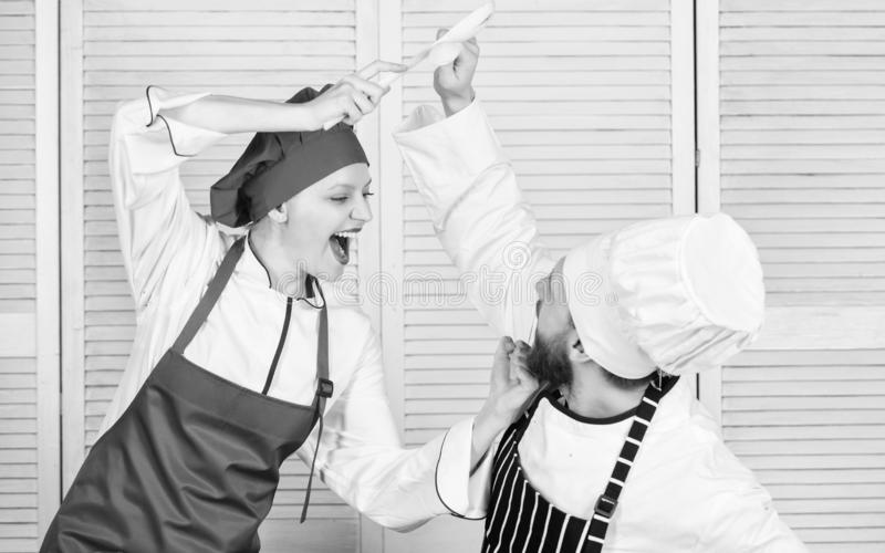 Culinaire slag van twee chef-koks Het paar concurreert in culinaire arts. Keukenregels Who betere kok Culinair slagconcept royalty-vrije stock foto's