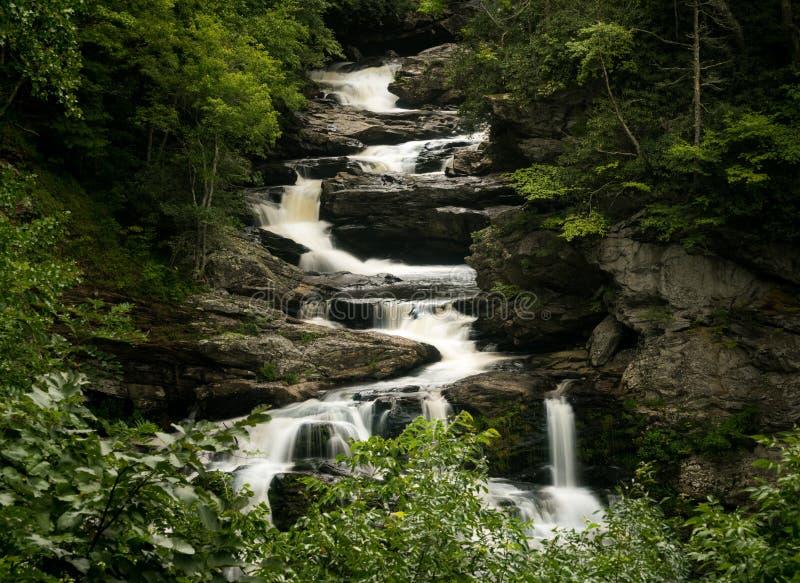 Cullasaja nedgångvattenfall på den sceniska bywayen för bergvatten nära högt royaltyfria foton