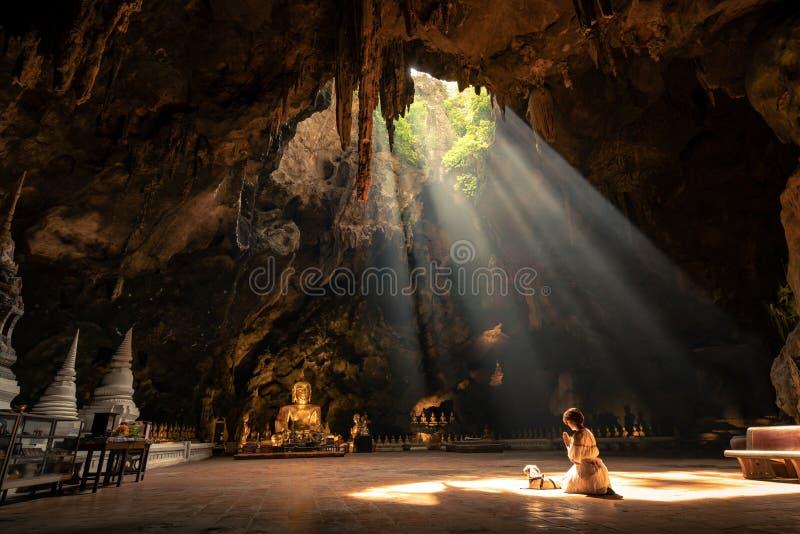 Culte de femme la statue de Bouddha photo libre de droits