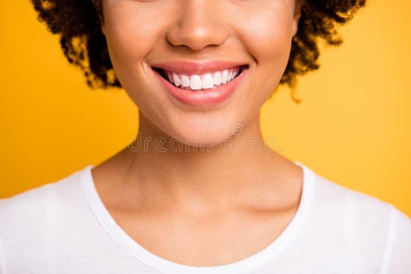 Cultivé étroitement vers le haut de bel étonnant de photo elle ses lèvres dodues de blanchiment de lancement douces de sourire to image libre de droits