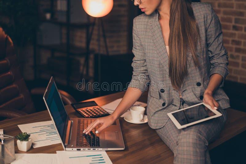 Cultivé étroitement vers le haut de la photo attentive la sa information de vérification en chef de rapport d'eBook d'e-lecteur d photos libres de droits