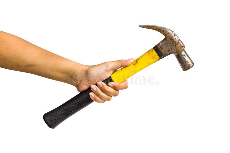 Cultivé d'une main jugeant le marteau de fer d'isolement sur le fond blanc incluez le chemin de coupure image stock