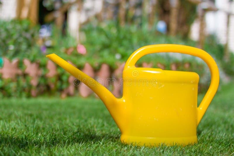 Cultivando un huerto o plantando concepto Trabajo en el jardín Regadera amarilla fotografía de archivo libre de regalías