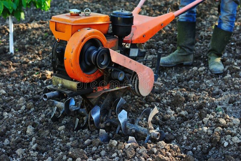 Cultivateur pour labourer la terre images libres de droits