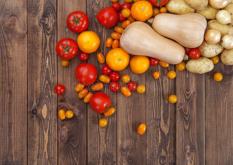 Cultive vegetais na tabela de madeira, vista superior imagens de stock