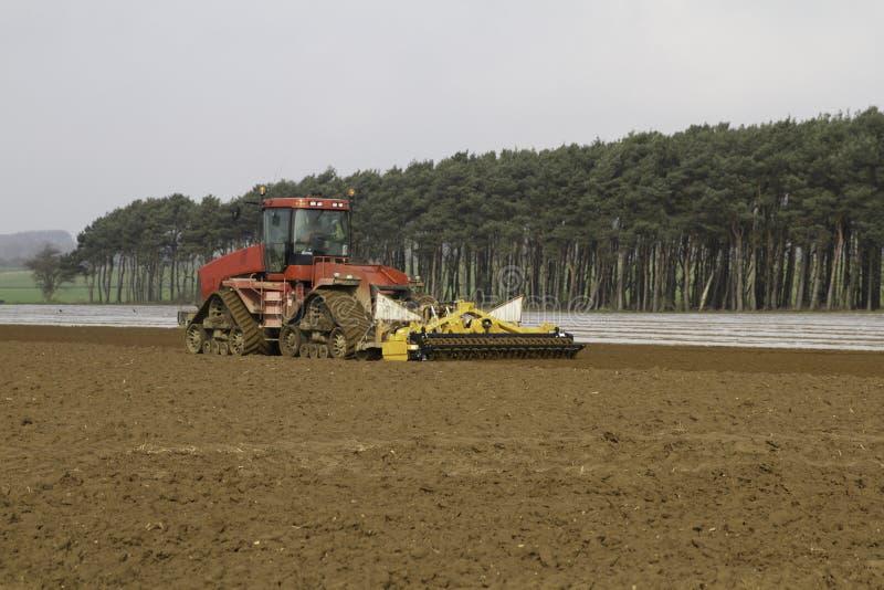 Cultiverend land klaar voor het boren van Maïs stock afbeelding