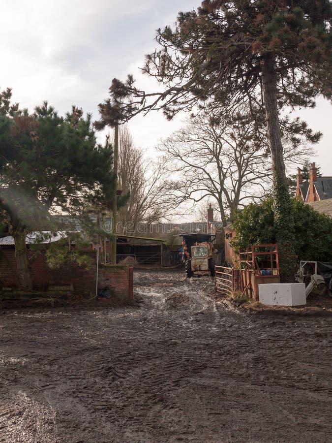 cultivez le retr unique de scène de maison de petites vieilles routes boueuses avant de tracteur images stock