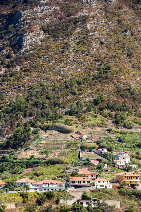 Cultivo del pueblo y de la terraza en los alrededores del sao Vicente Costa del norte de la isla de Madeira imagen de archivo libre de regalías