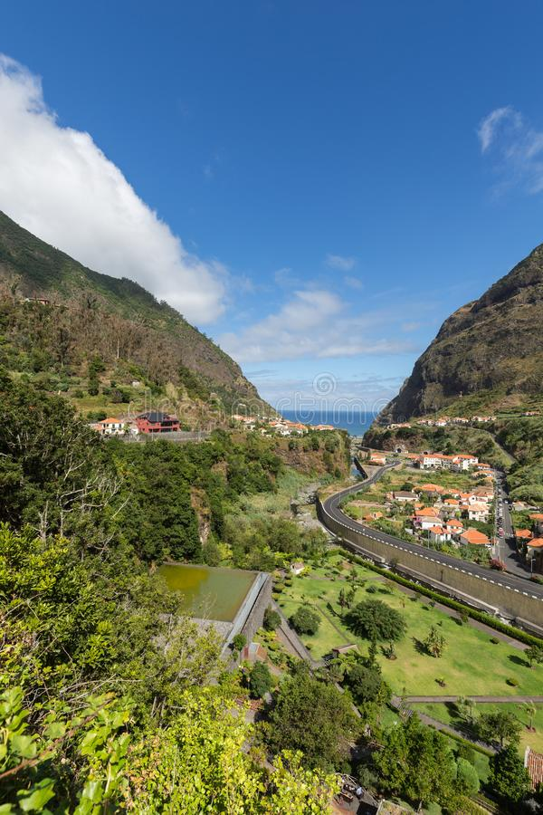 Cultivo del pueblo y de la terraza en los alrededores del sao Vicente Costa del norte de la isla de Madeira, imagen de archivo libre de regalías