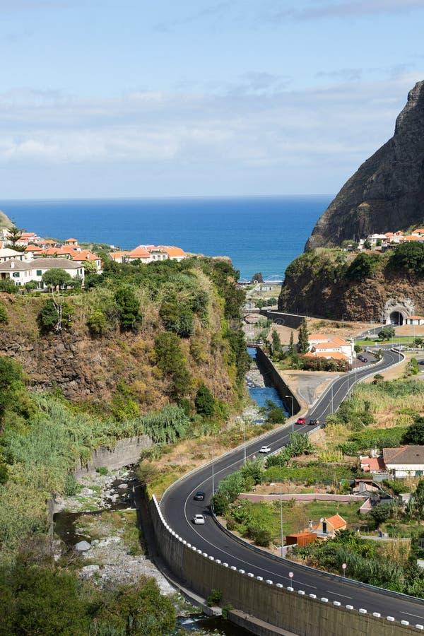 Cultivo del pueblo y de la terraza en los alrededores del sao Vicente Costa del norte de la isla de Madeira imagen de archivo
