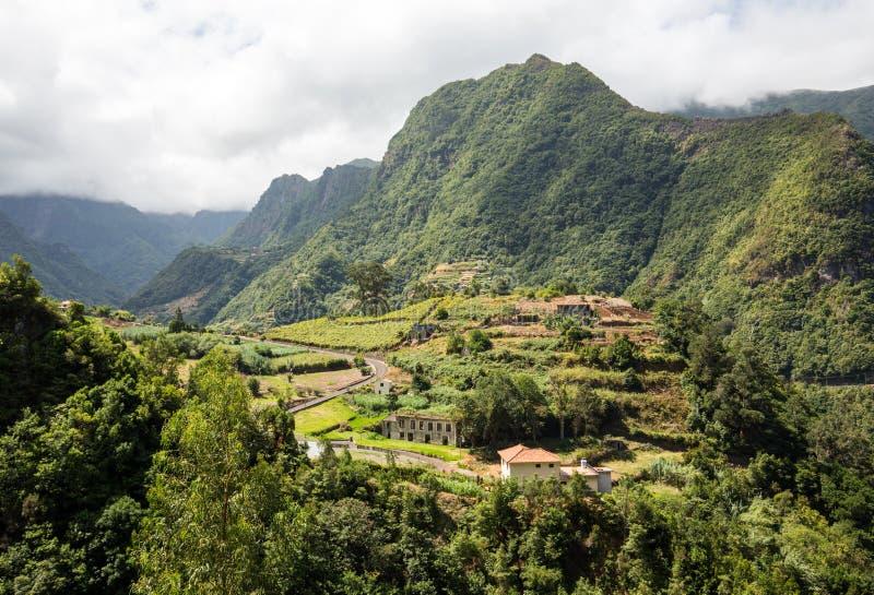 Cultivo del pueblo y de la terraza en los alrededores del sao Vicente Costa del norte de la isla de Madeira fotos de archivo libres de regalías