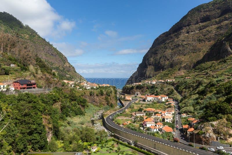 Cultivo del pueblo y de la terraza en los alrededores del sao Vicente Costa del norte de la isla de Madeira, imágenes de archivo libres de regalías