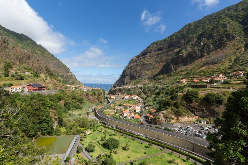 Cultivo del pueblo y de la terraza en los alrededores del sao Vicente Costa del norte de la isla de Madeira fotografía de archivo libre de regalías