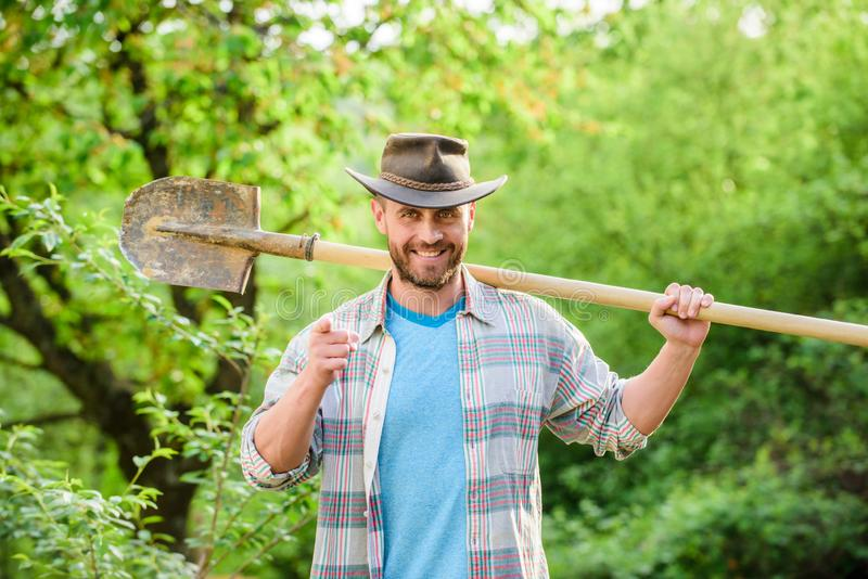 cultivo e cultivo da agricultura Equipamento de jardim homem muscular do rancho no chapéu de vaqueiro Explora??o agr?cola de Eco  fotos de stock