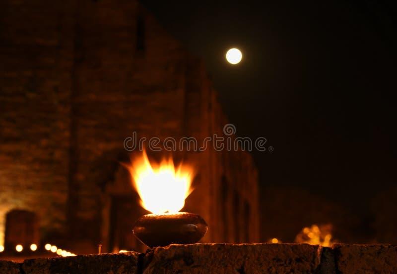 Culto di fuoco della lanterna su olio al tempio di Mahaeyong in Tailandia fotografia stock libera da diritti
