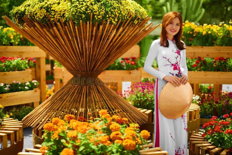 Cultura Ásia Mulher asiática no vestido tradicional (roupa), Coni fotografia de stock royalty free
