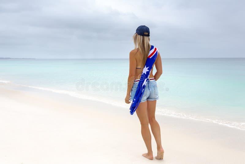 Cultura australiana de la playa de la mujer imagen de archivo libre de regalías