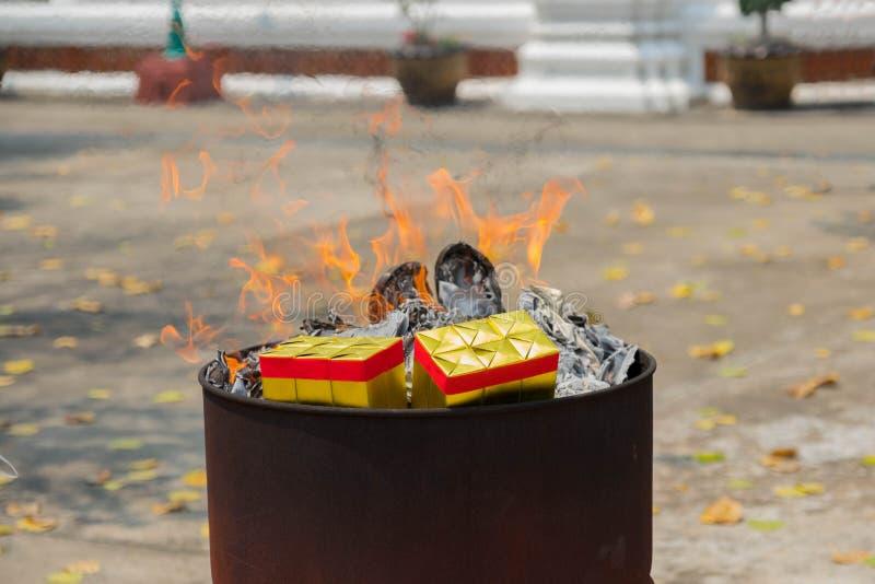 A cultura chinesa, papel de queimadura do ouro para reza fotografia de stock