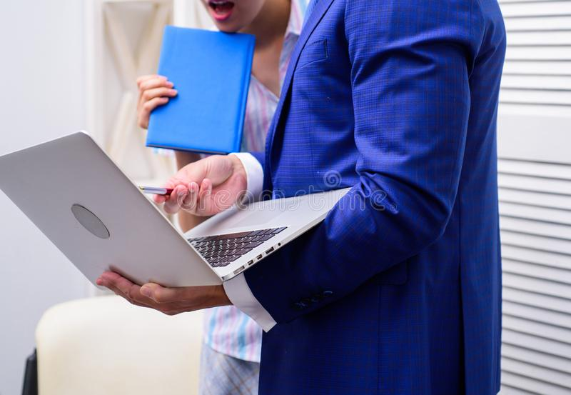 Cultura del lavoro Gruppo creativo felice che lavora all'ufficio Due giovani allegri in computer portatile della tenuta di formal fotografie stock
