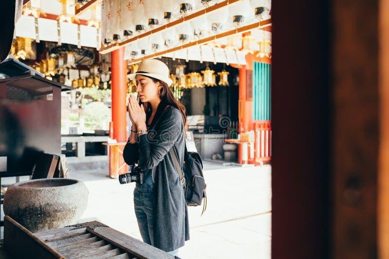 Cultura giapponese di esperienza di viaggiatore con zaino e sacco a pelo della ragazza fotografia stock libera da diritti