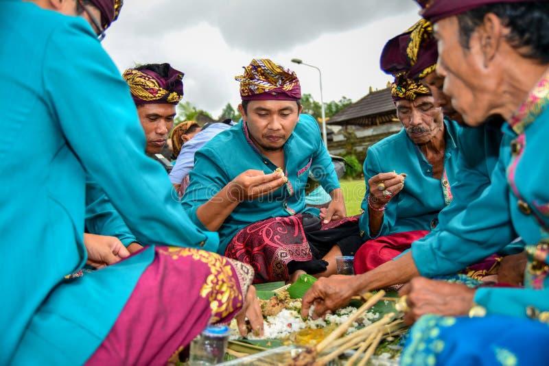 A cultura tradicional de Bali chamou Megibung para comer junto com 4-6 pessoas na mesma placa imagem de stock royalty free
