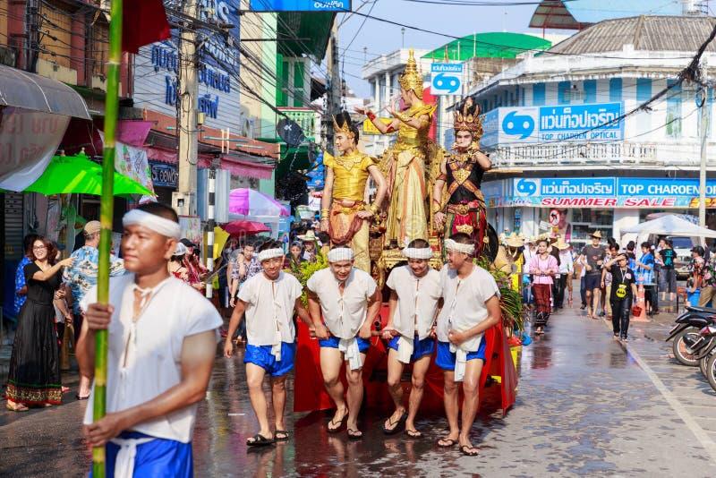 Cultura tradicional del desfile del festival de Songkran del estilo de Lanna de la procesión de Salung Luang en la provincia de L foto de archivo