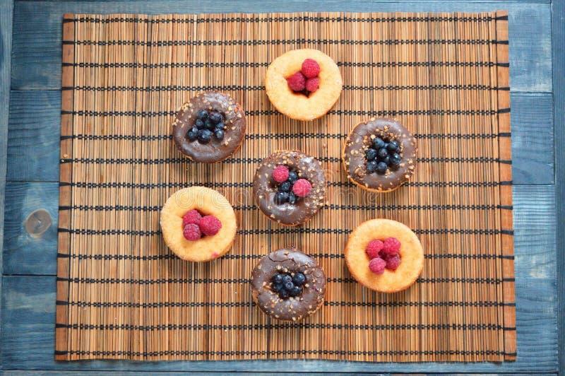 Culturas de la comida de las bayas de la fruta de los productos de la panadería de las frambuesas de los anillos de espuma fotos de archivo libres de regalías